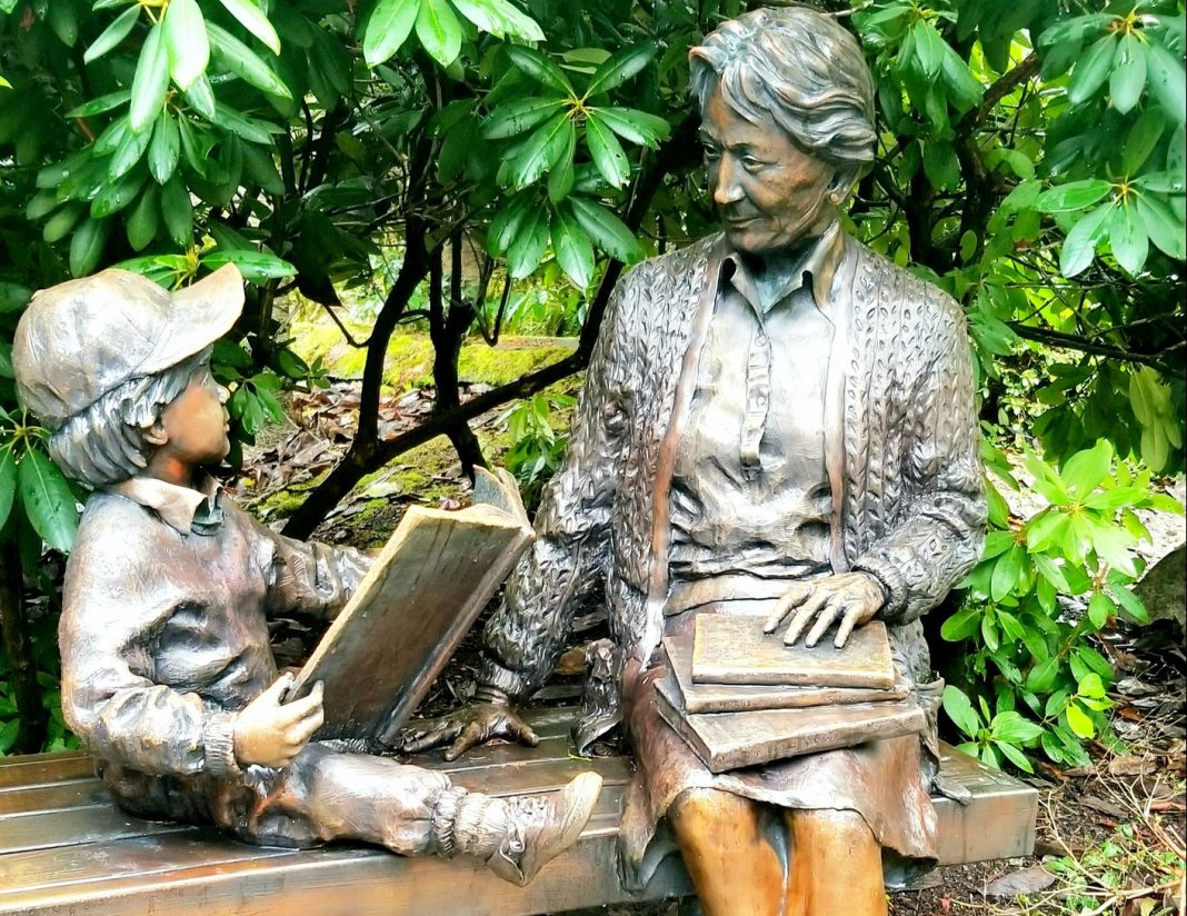 Reading statue outside Lacey Timberland Library